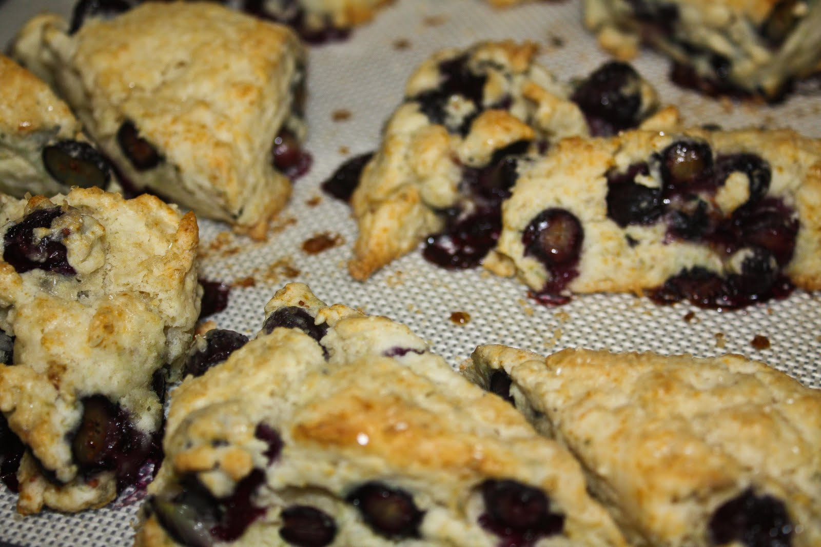 ... : Delish: COMFORT FOOD, PART I: Blueberry Scones with Lemon Glaze