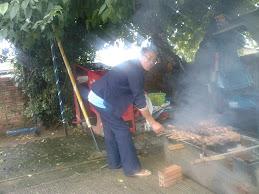 Vó Kika, preparando o churrasco  dos gauchinhos
