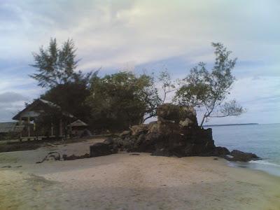 dabo singkep wisata alam pantai batu berdaun 3