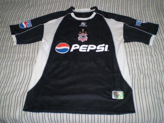 c18492d49a Camisa que ficou famosa após as cambalhotas de Vampeta em pleno Planalto  Central após a conquista da Copa do Mundo de 2002 no Japão.