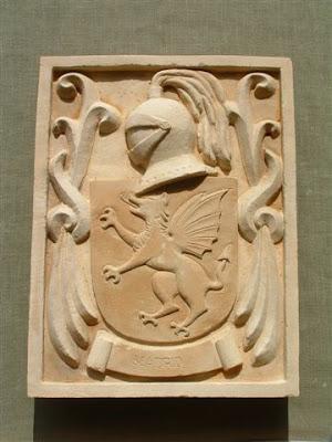Escudo de armas tallado con simil piedra