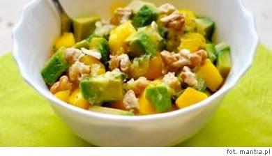 Przepis na wegetariańską sałatkę z awokado, mango i orzechów włoskich: