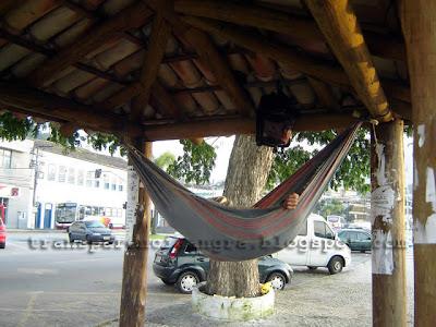 Indigente dormindo no ponto de ônibus