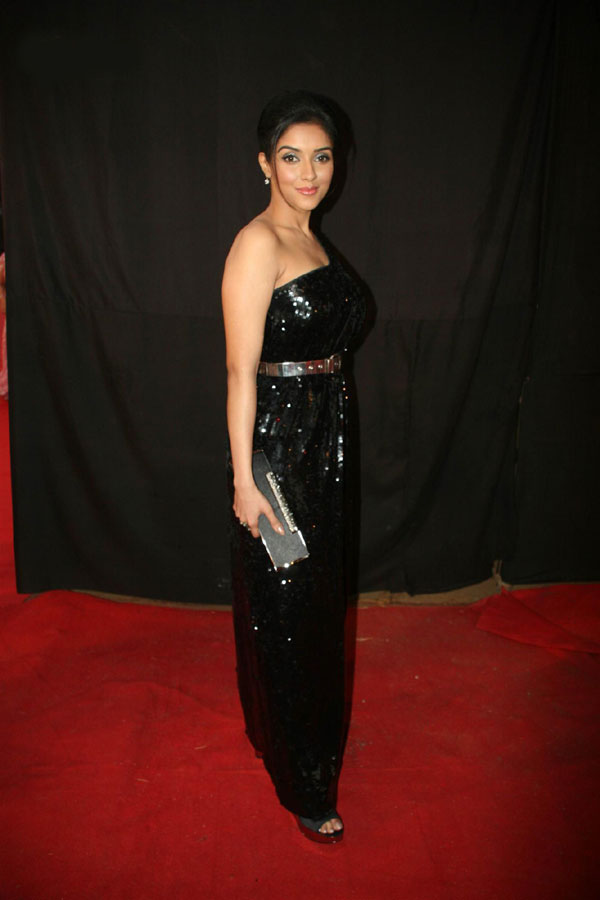 asin looks gorgeous in black actress pics