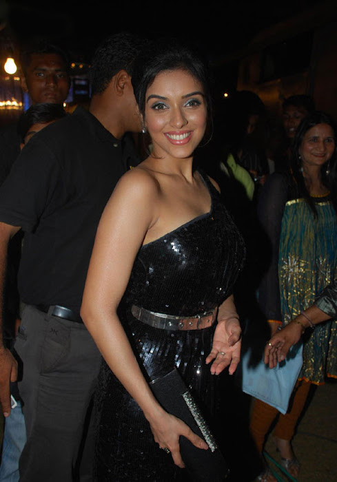 asin looks gorgeous in black latest photos