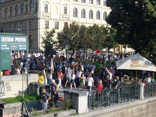 Palachovo náměstí – protestující se vracejí od Augiášova chléva, neboli Sněmovny.