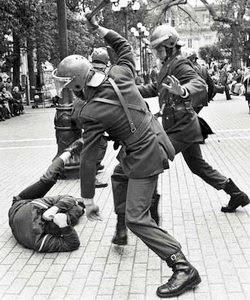 Golpiza de militares a un opositor a la dictadura militar, en la Plaza de Armas, de Santiago, el 4 de septiembre de 1984 - Foto: Marco Ugarte
