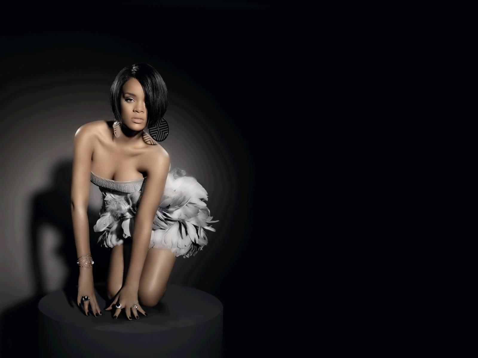 http://1.bp.blogspot.com/_2IU2Nt4rD1k/TCGzFtl_oiI/AAAAAAAABvM/TgnyOk4-n8E/s1600/Rihanna+wallpapers+hq+(3).jpg