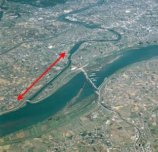 (写真2)第十堰付近の吉野川/赤い矢印の範囲が付け替えられた旧吉野川