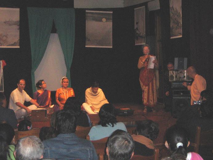PRESENTANDO  AL GRUPO DE BHAJANS
