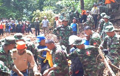 Pencarian Mayat Korban Tanah Longsor Bersama TNI