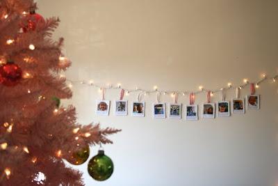 Еще одна идея с применением новогодней гирлянды.  Материалы: - прямоугольные кусочки белого войлока (зависит от...