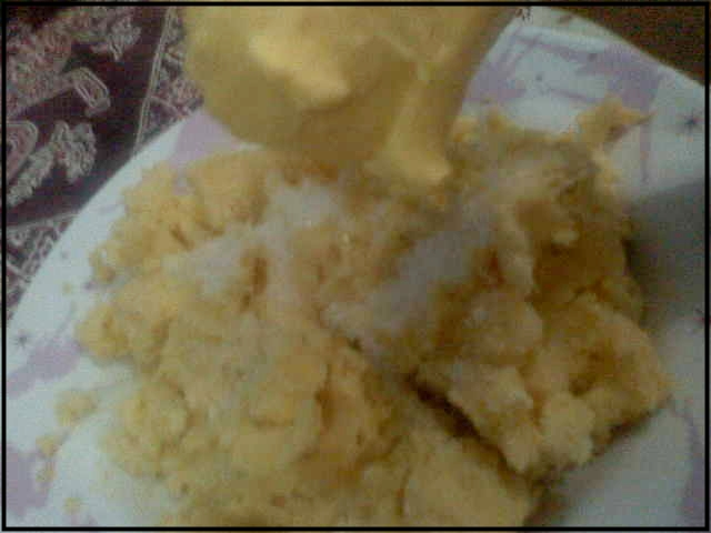Lalu campurkan mentega pada campuran tape dan gula