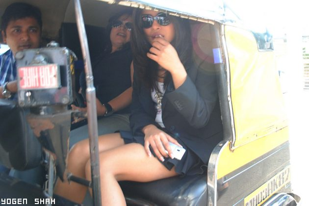pc630 Priyanka Chopra spotted in a rickshaw Pics bollywood gallery