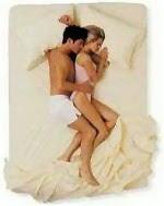 pareja en la cama haciendo cucharita