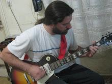 Roberto, mi hijo, con su guitarra!