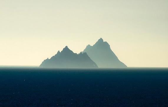 Cette belle photo paisible des Skelligs trompe. La realite est sauvage, mais oh, tellement belle