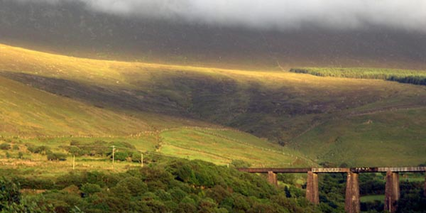 Een Deel vun Drunghill an en Deel vum Viaduct vun Gleensk, eng schein Farvenkombination