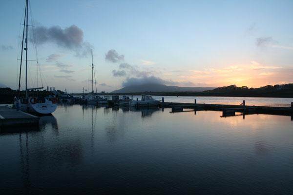 Den Ponton vum Marina bei Sonnenennergang (eng fantastesch Plaatz)