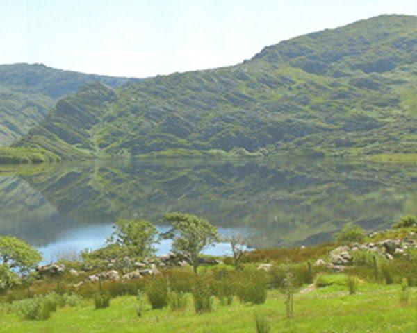 Lough Cloonaghlin, een Paradies fir Baachforellen, awer och Mierforellen steigen bis heihin