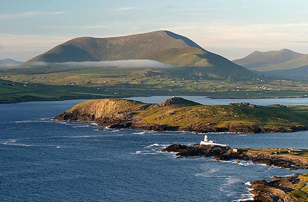 Beginish Island an der Med an den Liichturm vun Valentia. Grouss Plaatz fir Mackerelen ze fenken