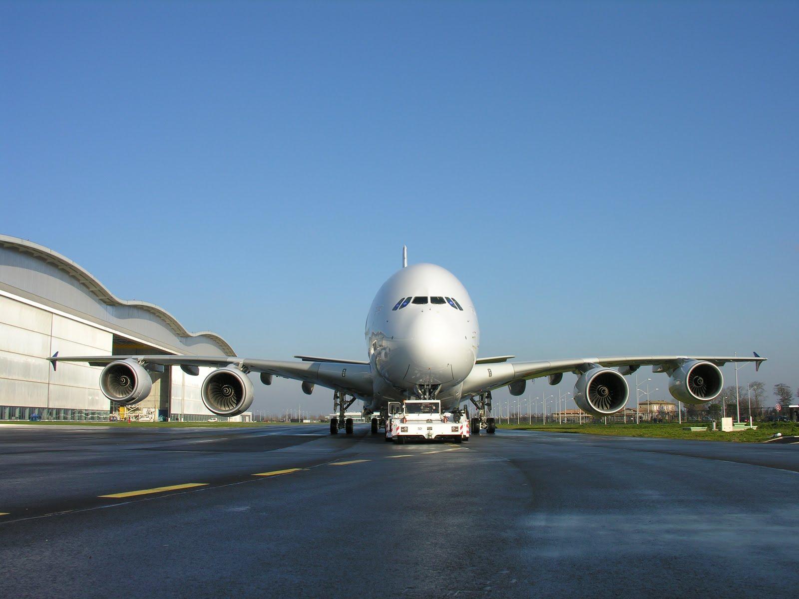 http://1.bp.blogspot.com/_2U3U6AwE-ZQ/S-BsmUcRtII/AAAAAAAAAMM/5GQbOYLE4TA/s1600/Airbus_A380-003%28www.TheWallpapers.org%29.jpg