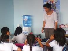 Profesora Paulina Arancibia, supervisa el trabajo en clases...