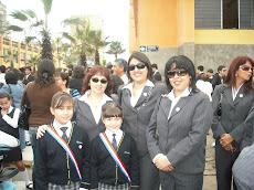 Profesora Lucila, Marjorie y Nelly, a minutos del desfile escolar...