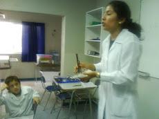 Profesora Romina en laboratorio de Ciencias de 4° Básico
