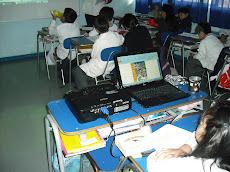 En nuestras aulas, es común que los alumnos manejen el notebook de la profesora...