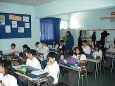Al fondo de la sala, observamos a la señorita evaluadora de las experiencias TICS, de Enlaces.