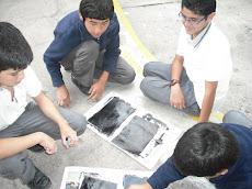 En grupos trabajando en Artes...