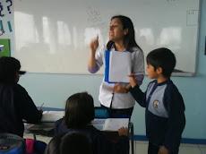 Profesora Daniella Leuquén en plena acción...