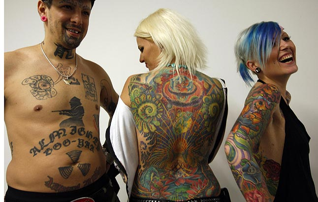 alyssa milano tatuaje serpiente muerde cola. que causan los tatuajes. y a realizar tatuajes o pintas en las bardas para
