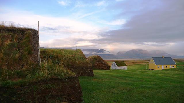 casas de tejado de hierba en islandia