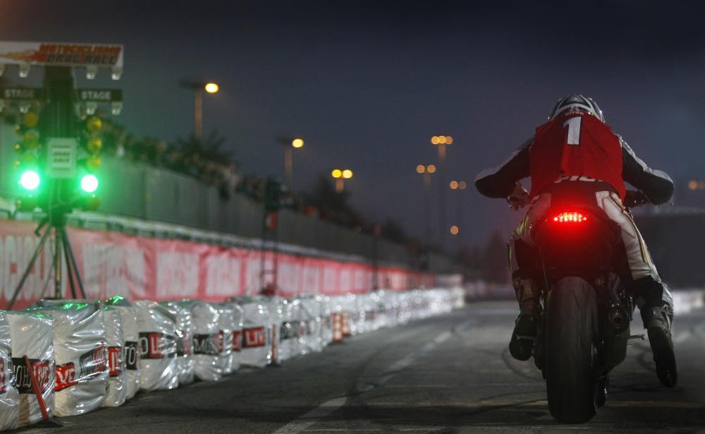 Triumph 1050 Speed triple  - Page 3 Drag_race_Motociclismo_EICMA_2010_primo_giorno_1_19