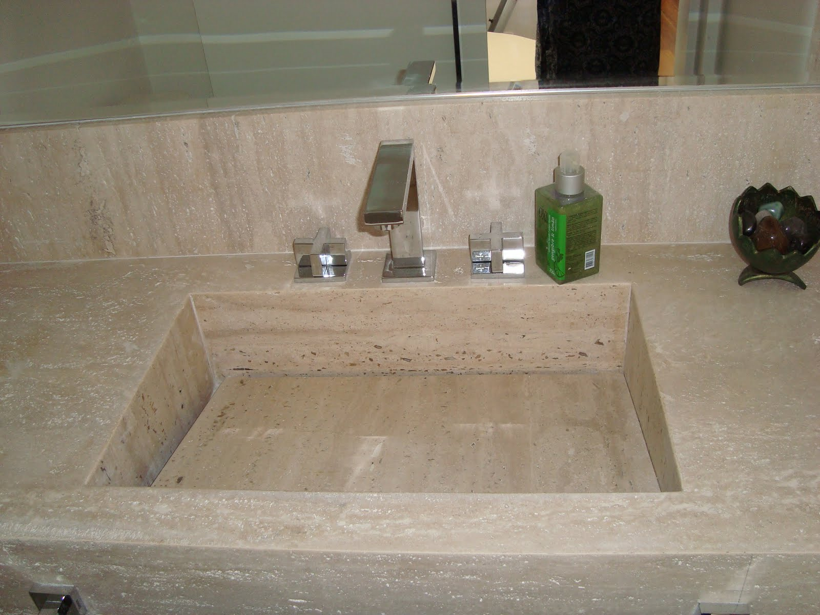 Lavatório com cuba de Travertino Romano Bruto. Projeto Arq.Carol  #39672D 1600x1200 Bancada De Banheiro Em Marmore Carrara