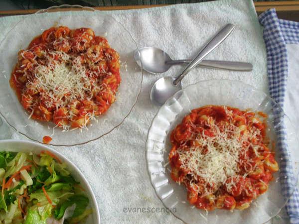 tortellinis rellenos en salsa de tomate