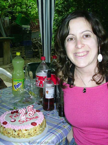 mi hermana posando con tarta