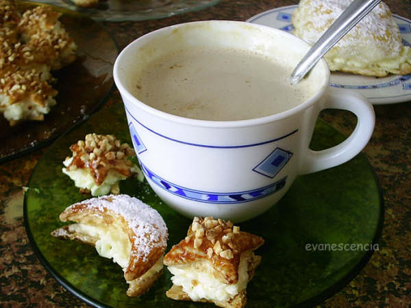 pastelitos de hojaldre junto a un cafe