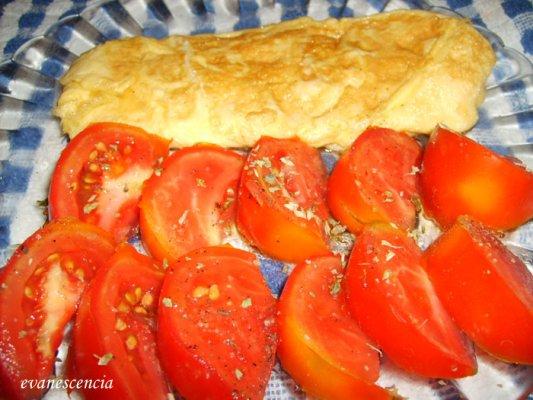 ensalada de tomate junto tortilla francesa
