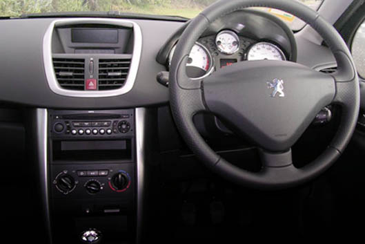 Designs peugeot 207 hdi gt color white and blue for Peugeot 207 interior