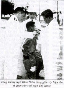 Tổng Thống Việt Nam Cộng Hòa Ngô Đình Diệm gắn Cấp Hiệu cho Tân Sĩ Quan