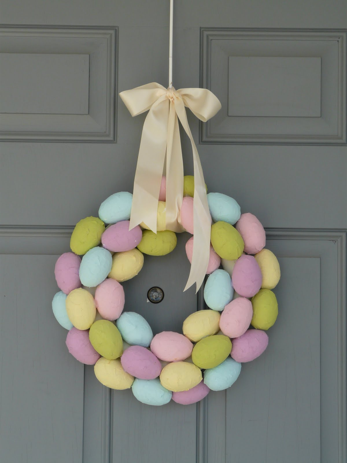 Paper Mache Easter Egg Wreath. Click for 40 more #DIY #Wreath Ideas