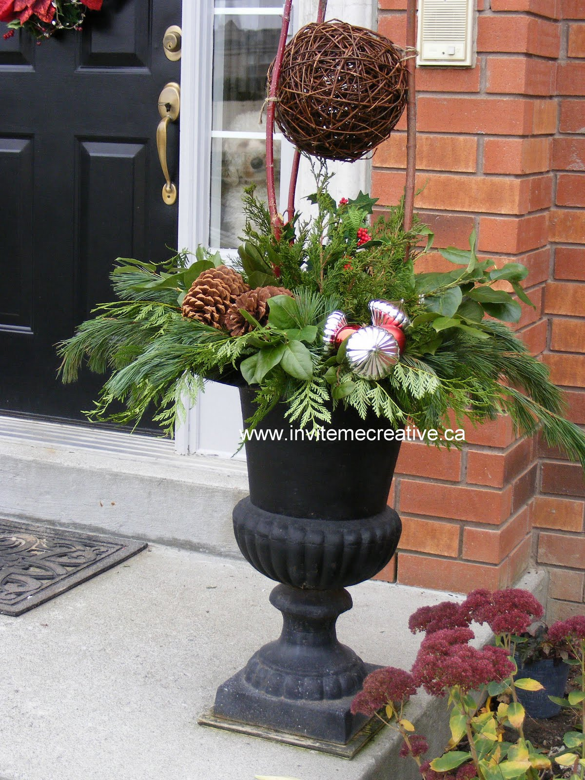 Outdoor Christmas Urns http://invitemecreativeannouncements.blogspot.com/2009/11/outdoor-decorative-urns-for-holidays.html
