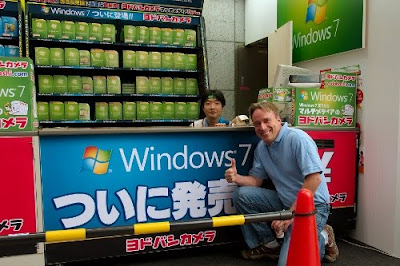 Linus Torvalds poses before a Windows 7 stall