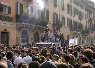 Da questo pulmino bianco sono partiti gli assalti a Piazza Navona: i segni e l'abbigliamento indicano come la componente sia di estrazione destrorsa. Fonte: La Repubblica