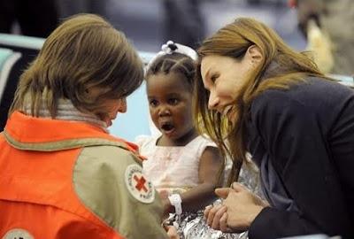 Tremblement de terre d'Haïti - Carla accueille les enfants haïtiens à l'aéroport de Roissy - La Croix Rouge ramène en France les enfants haïtiens adoptés - Terre Natale, le blog du Développement durable - terrenatale.blogspot.com - Thierry Follain
