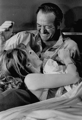 French actress Françoise Dorléac and David Niven, on Where are the spies's set (1965) - Françoise Dorléac et David Niven, sur le tournage de Passeport pour l'oubli (1965)