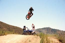 Tom, Volando por encima de Kuman, Amancio y su Yamaha